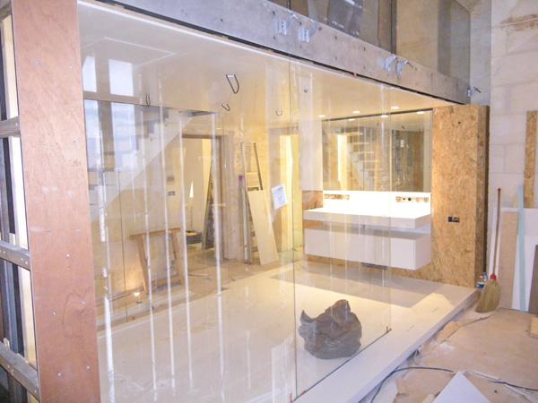 Pose des vitrages et meuble lavabo entièrement réalisé en Corian