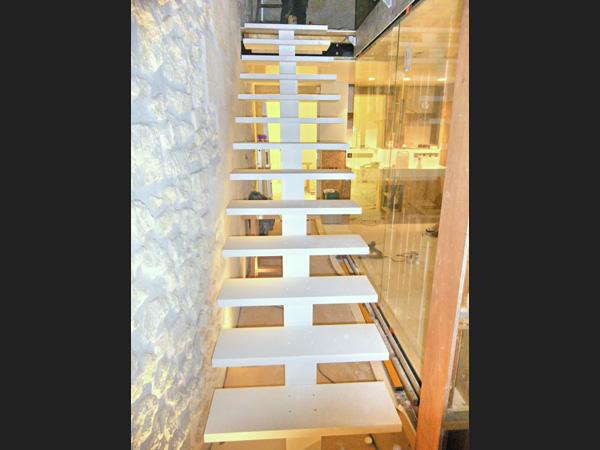 Pose de l'escalier entièrement réalisé en Corian