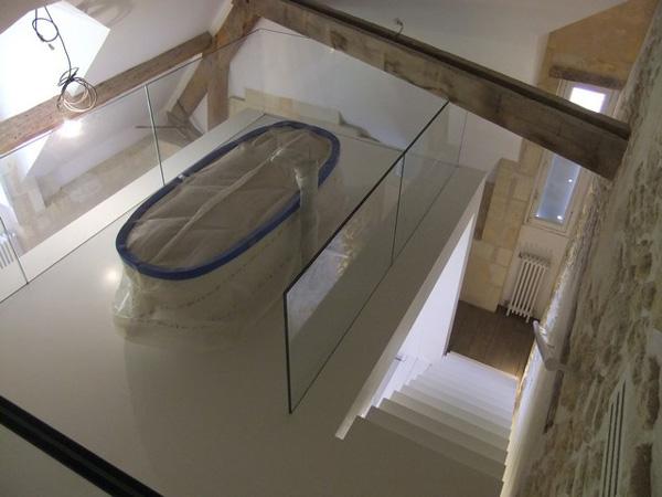 Escalier et main courante réalisés en CORIAN